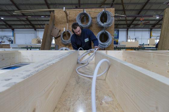 De 250 woningen die aannemer VDM Woningen uit Drogeham jaarlijks oplevert, worden grotendeels gebouwd in de eigen fabriek