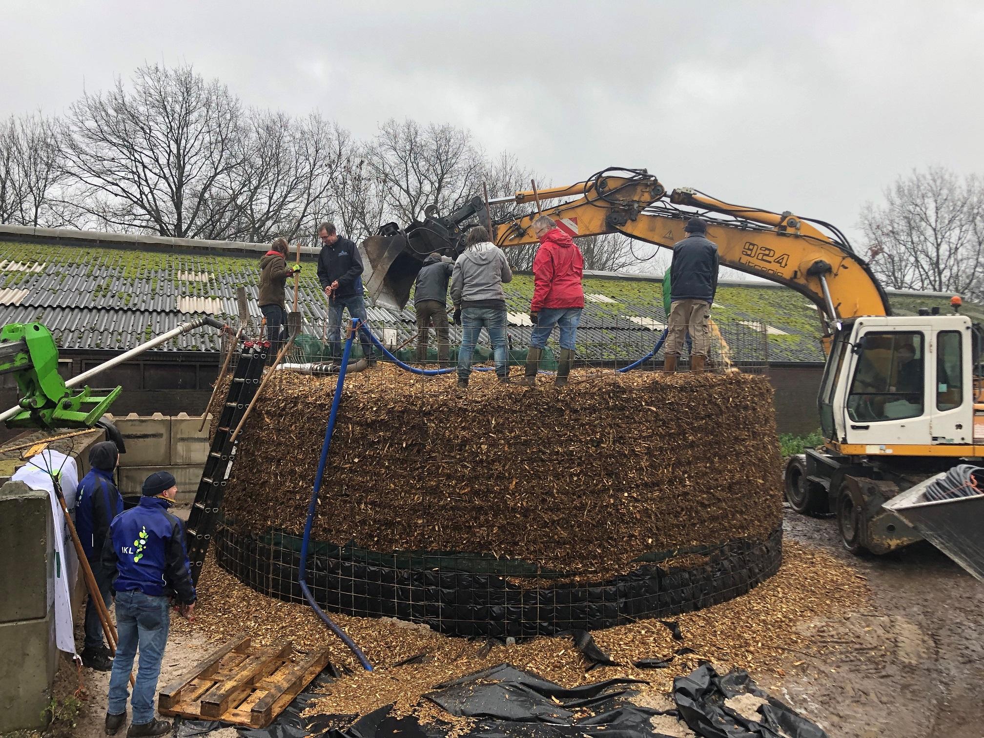 Opbouw van de biomeiler in het Limburgse Voerendaal.
